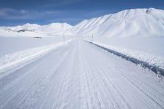 Τοπίο βουνών χιονιού, χειμερινός δρόμος, Στοκ Εικόνες