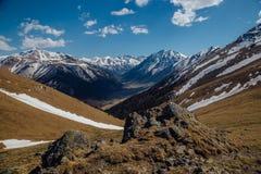 Τοπίο βουνών, χιονώδεις αιχμές, Arkhyz, καυκάσια βουνά, Ρωσία Στοκ εικόνα με δικαίωμα ελεύθερης χρήσης