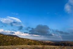 Τοπίο βουνών, όμορφο υπόβαθρο μπλε ουρανού, ουράνιο τόξο Στοκ φωτογραφίες με δικαίωμα ελεύθερης χρήσης