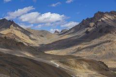 Τοπίο βουνών Himalayan κατά μήκος Leh στην εθνική οδό Manali Δρόμος με πολλ'ες στροφές και δύσκολα βουνά στα ινδικά Ιμαλάια, Ινδί στοκ φωτογραφίες