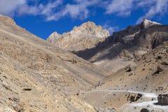 Τοπίο βουνών Himalayan κατά μήκος Leh στην εθνική οδό Manali Δρόμος με πολλ'ες στροφές και δύσκολα βουνά στα ινδικά Ιμαλάια, Ινδί στοκ φωτογραφία με δικαίωμα ελεύθερης χρήσης