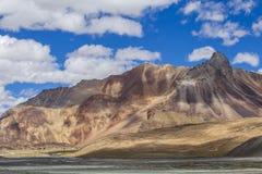 Τοπίο βουνών Himalayan κατά μήκος Leh στην εθνική οδό Manali Μεγαλοπρεπή δύσκολα βουνά στα ινδικά Ιμαλάια, Ινδία στοκ εικόνες