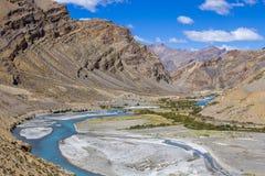Τοπίο βουνών Himalayan κατά μήκος Leh στην εθνική οδό Manali Μπλε ποταμός και δύσκολα βουνά στα ινδικά Ιμαλάια, Ινδία στοκ εικόνες με δικαίωμα ελεύθερης χρήσης