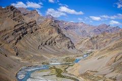 Τοπίο βουνών Himalayan κατά μήκος Leh στην εθνική οδό Manali Μπλε ποταμός και δύσκολα βουνά στα ινδικά Ιμαλάια, Ινδία στοκ εικόνα με δικαίωμα ελεύθερης χρήσης