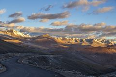 Τοπίο βουνών Himalayan κατά μήκος Leh στην εθνική οδό Manali κατά τη διάρκεια της ανατολής Δύσκολα βουνά στα ινδικά Ιμαλάια, Ινδί στοκ εικόνα