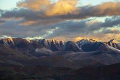 Τοπίο βουνών Himalayan κατά μήκος Leh στην εθνική οδό Manali κατά τη διάρκεια της ανατολής Δύσκολα βουνά στα ινδικά Ιμαλάια, Ινδί στοκ φωτογραφίες