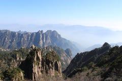 Τοπίο βουνών Huangshan με το μπλε ουρανό Στοκ εικόνα με δικαίωμα ελεύθερης χρήσης