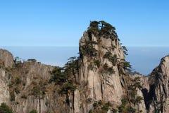 Τοπίο βουνών Huangshan με το μπλε ουρανό Στοκ φωτογραφία με δικαίωμα ελεύθερης χρήσης