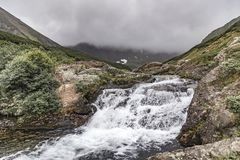Τοπίο βουνών Kamchatka: όμορφος καταρράκτης Θερινό τοπίο Kamchatka στοκ εικόνες με δικαίωμα ελεύθερης χρήσης