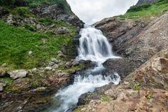 Τοπίο βουνών Kamchatka: όμορφος καταρράκτης στοκ εικόνες