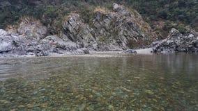 Τοπίο βράχου με το σαφή ποταμό Στοκ Εικόνες