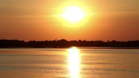 Τοπίο βραδιού στο σαφή ποταμό απόθεμα βίντεο