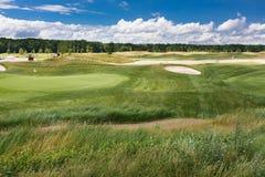 Τοπίο γηπέδων του γκολφ με τους τραπεζίτες άμμου στοκ εικόνα