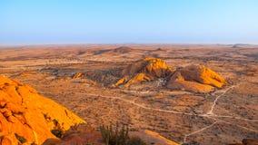 Τοπίο γύρω από Spitzkoppe, aka Spitzkop, με τους ογκώδεις σχηματισμούς βράχου γρανίτη, έρημος Namib, Ναμίμπια, Αφρική Στοκ Φωτογραφίες