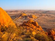 Τοπίο γύρω από Spitzkoppe, aka Spitzkop, με τους ογκώδεις σχηματισμούς βράχου γρανίτη, έρημος Namib, Ναμίμπια, Αφρική Στοκ Εικόνα