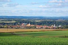 Τοπίο επαρχίας με τη μικρή πόλη στοκ εικόνα