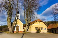 Τοπίο επαρχίας φθινοπώρου στο θυελλώδη καιρό Στοκ φωτογραφία με δικαίωμα ελεύθερης χρήσης