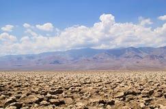 Τοπίο ερήμων κοιλάδων θανάτου με τα βουνά που αυξάνονται στο υπόβαθρο Στοκ Εικόνα