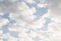 Τοπίο ερήμων με το βαθιούς μπλε ουρανό και τα σύννεφα στοκ εικόνες