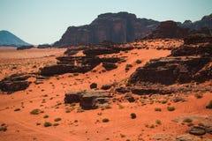 Τοπίο ερήμων ρουμιού Wadi, κόκκινη άμμος, παγκόσμια κληρονομιά της ΟΥΝΕΣΚΟ της Ιορδανίας Μέση Ανατολή Εξωτική έννοια περιπέτειας Στοκ Εικόνες