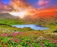 Τοπίο ηλιοβασιλέματος φαντασίας με το βουνό και τη λίμνη Στοκ φωτογραφία με δικαίωμα ελεύθερης χρήσης