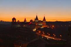 Τοπίο ηλιοβασιλέματος φθινοπώρου του κάστρου kamianets-Podilskyi Είναι διάσημη τουριστική θέση και ρομαντικός προορισμός ταξιδιού στοκ φωτογραφία με δικαίωμα ελεύθερης χρήσης