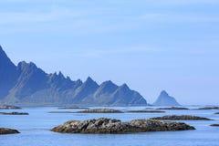Τοπίο ημέρας με τα βουνά και τη θάλασσα Στοκ φωτογραφία με δικαίωμα ελεύθερης χρήσης