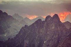 Τοπίο ηλιοβασιλέματος βουνών Στοκ εικόνα με δικαίωμα ελεύθερης χρήσης