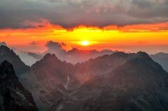 Τοπίο ηλιοβασιλέματος βουνών Στοκ Φωτογραφίες