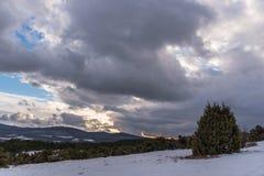 Τοπίο ηλιοβασιλέματος χειμερινών δραματικό σύννεφων Στοκ φωτογραφίες με δικαίωμα ελεύθερης χρήσης