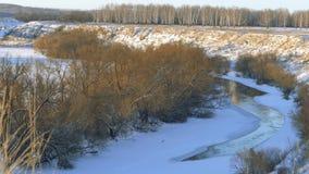 Τοπίο Η πορεία του πάγου στο χιονισμένο ποταμό το χειμώνα απόθεμα βίντεο