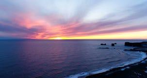 Τοπίο θάλασσας ηλιοβασιλέματος κατά την εναέρια άποψη απόθεμα βίντεο