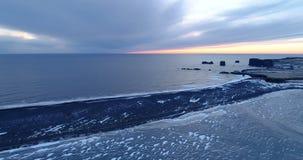 Τοπίο θάλασσας ηλιοβασιλέματος κατά την εναέρια άποψη φιλμ μικρού μήκους