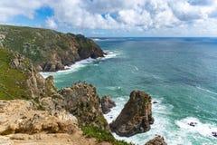 Τοπίο θάλασσας με τους υψηλούς απότομους βράχους σε Cabo DA Roca στοκ εικόνα