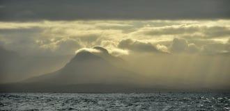 Τοπίο θάλασσας Ένα πρωί, ένας ουρανός σύννεφων και βουνά κόλπος ψεύτικος διάσημα βουνά kanonkop της Αφρικής κοντά στο γραφικό αμπ στοκ φωτογραφίες
