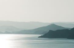 Τοπίο θάλασσας με τα βουνά και την ηλιοφάνεια Στοκ φωτογραφία με δικαίωμα ελεύθερης χρήσης