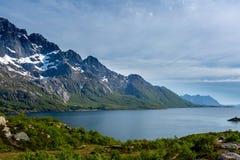 Τοπίο θάλασσας με τα βουνά Στοκ Φωτογραφίες