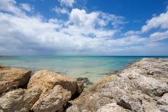 Τοπίο θάλασσας με τα σύννεφα και τους βράχους στη Γουαδελούπη Στοκ Φωτογραφία