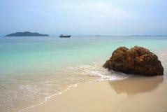 Τοπίο θάλασσας παραδείσου με την άσπρη άμμο και σμαραγδένια ωκεάνια ακτή στο νησί Μαλαισία Rawa στοκ εικόνες