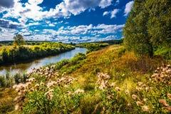 Τοπίο θερινών ποταμών Σιβηρία, Ρωσία στοκ φωτογραφία