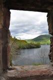 Τοπίο λιμνών από μια άποψη παραθύρων του κάστρου, Σκωτία Στοκ φωτογραφία με δικαίωμα ελεύθερης χρήσης
