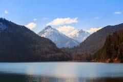 Τοπίο λιμνών Alpsee με τα βουνά Άλπεων κοντά στο Μόναχο στη Βαυαρία, Γερμανία Στοκ Εικόνες