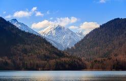 Τοπίο λιμνών Alpsee με τα βουνά Άλπεων κοντά στο Μόναχο στη Βαυαρία, Γερμανία Στοκ φωτογραφία με δικαίωμα ελεύθερης χρήσης