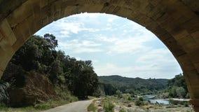 Τοπίο κάτω από μια παλαιά γέφυρα πετρών στοκ εικόνες