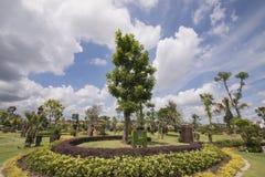 Τοπίο κήπων με ένα δέντρο στο κέντρο στοκ εικόνα