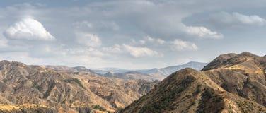 Τοπίο και ουρανός βουνών στην ευρεία οθόνη της Αρμενίας Στοκ φωτογραφία με δικαίωμα ελεύθερης χρήσης