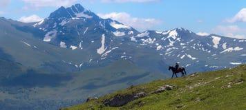 Τοπίο και ποιμένας βουνών στο άλογο Στοκ Φωτογραφία