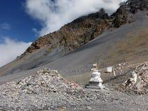 Τοπίο κοντά στο μνημείο thorung-Λα και Stupa Στοκ Εικόνες