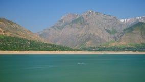 Τοπίο λιμνών βουνών με το επιπλέον αεριωθούμενο σκι απόθεμα βίντεο
