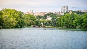 """Τοπίο λιμνών στο πάρκο του χρυσού επικεφαλής aka Parc de Λα Tete δ """"ή στη Λυών Γαλλία στοκ φωτογραφία"""
